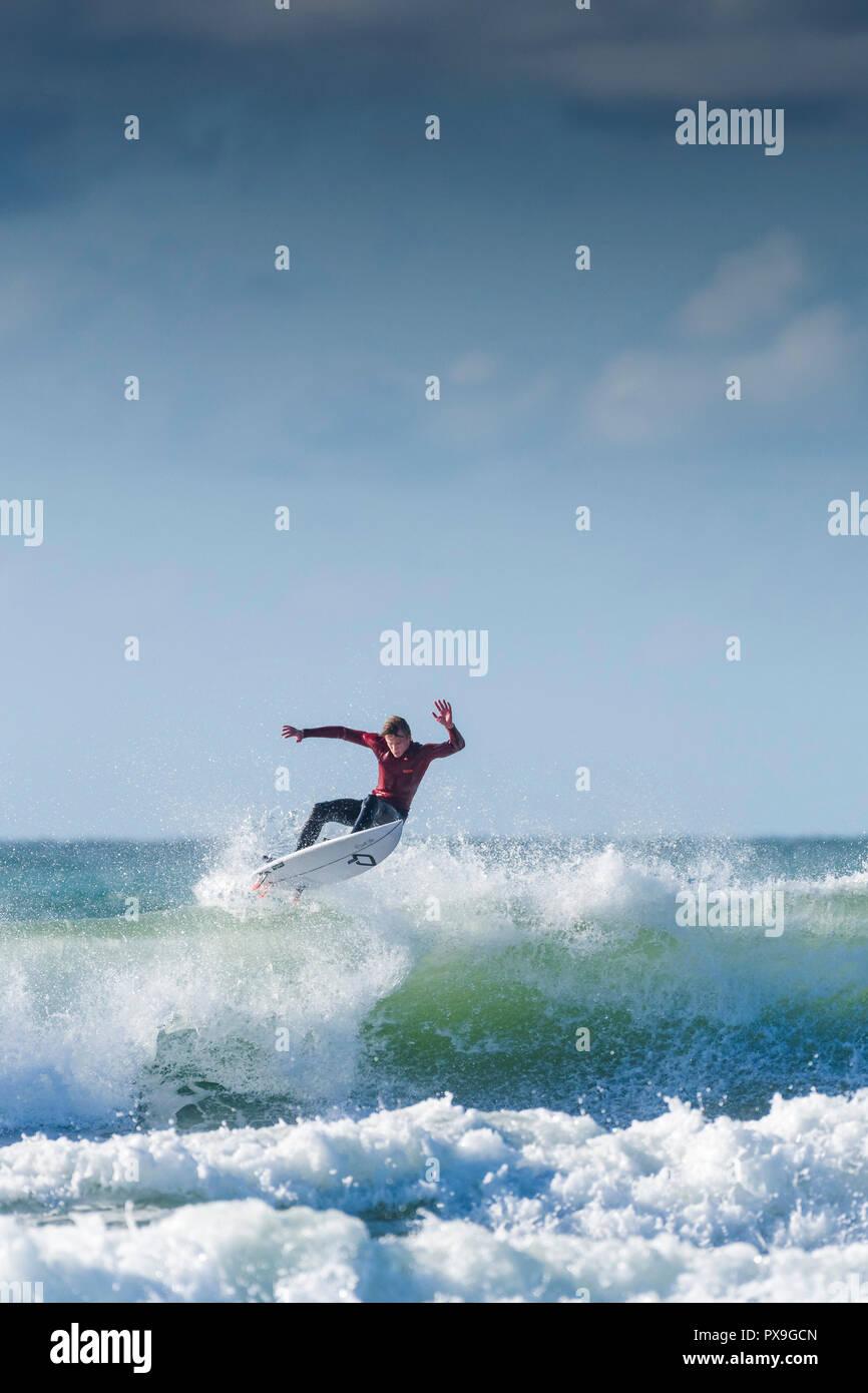 UK Surf - un surfer une vague à Newquay dans Fistral à Cornwall. Banque D'Images