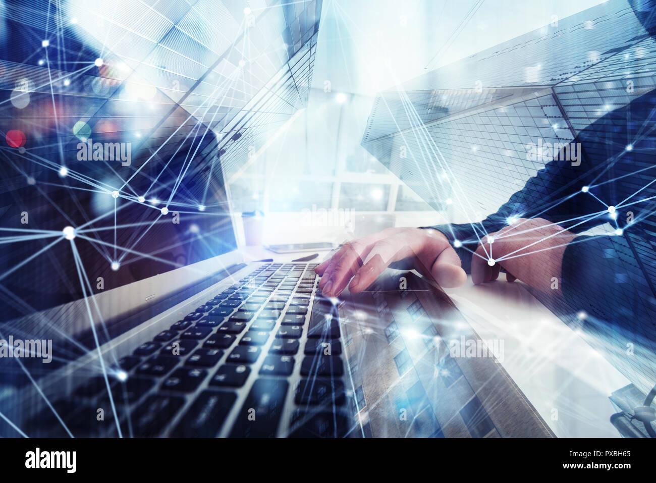 L'homme d'affaires travaille en bureau avec ordinateur portable au premier plan. Concept d'équipe et partenariat. double exposition avec les effets de réseau Photo Stock