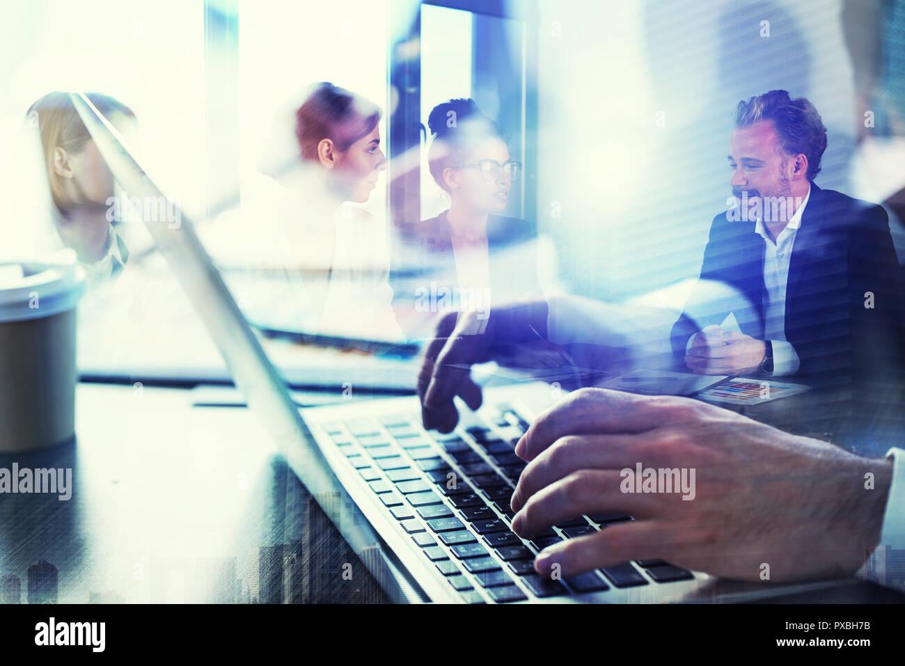 L'homme d'affaires travaille en bureau avec ordinateur portable au premier plan. Concept d'équipe et partenariat. double exposition Photo Stock
