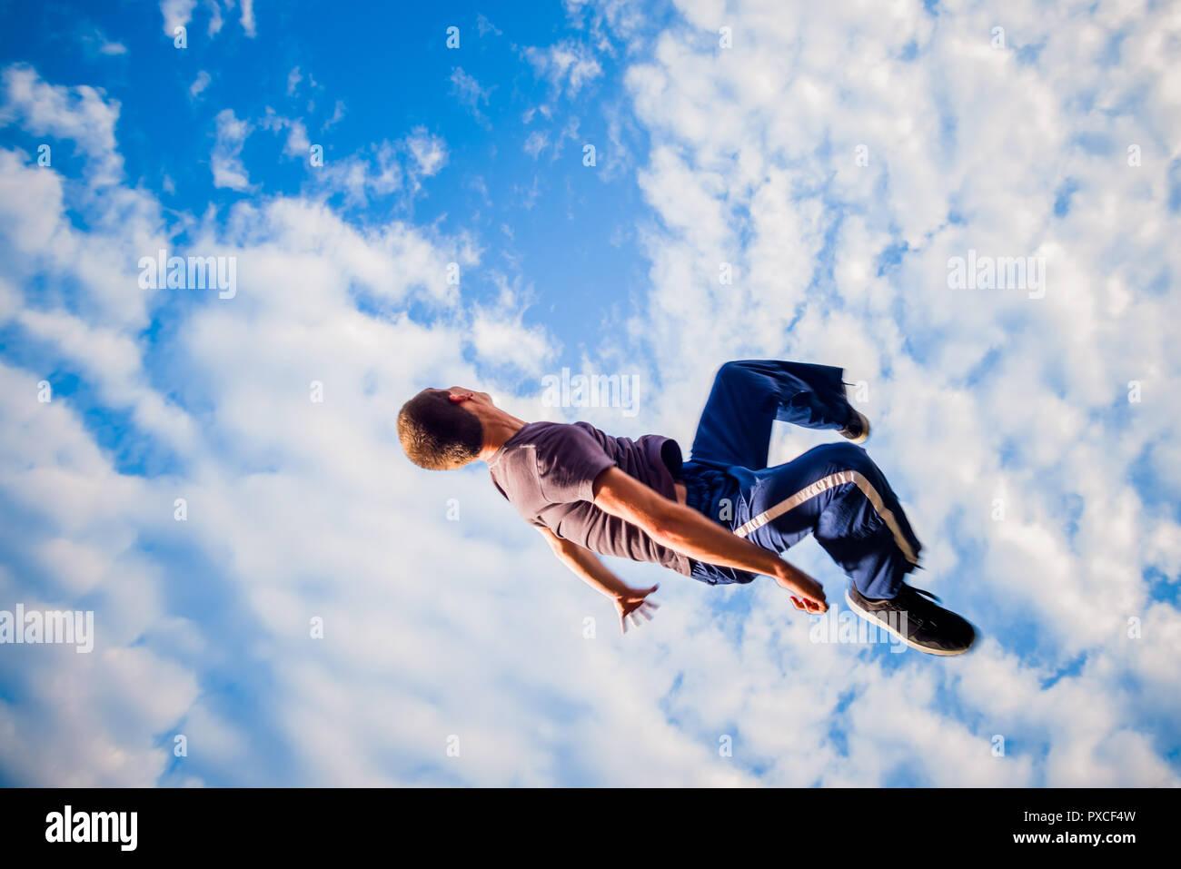 Les trains parkour lors d'un saut de l'homme dans l'air Photo Stock