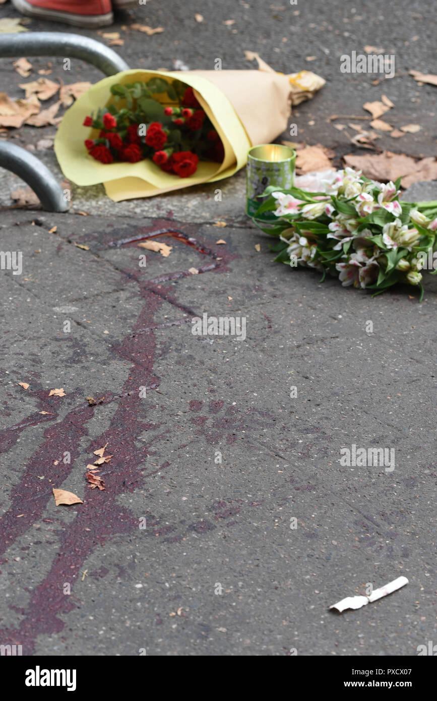 Novembre 14, 2015 - Paris, France: les éclaboussures de sang et de fleurs près du Bataclan concert hall, où des dizaines de personnes ont été tués au cours de la pire attaque terroriste de frapper Paris. Des traces de sang sont visibles sur le sol pres du Bataclan, au lendemain des tueries du 13 novembre 2015, dans lesquelles 130 personnes ont ete tuees par des terroristes djihadistes. *** FRANCE / PAS DE VENTES DE MÉDIAS FRANÇAIS *** Banque D'Images