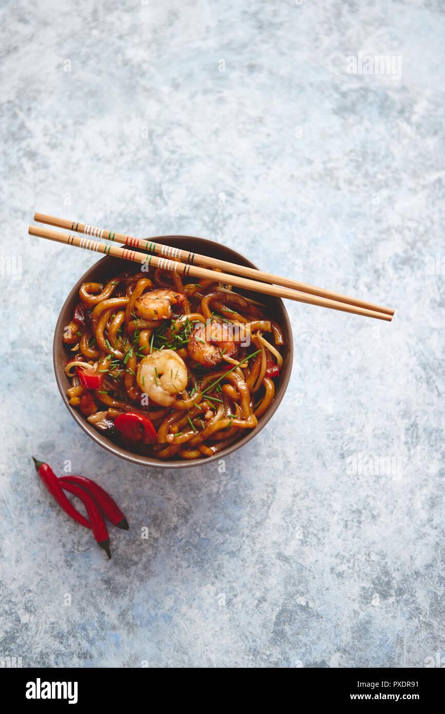 Asiatique traditionnel Sauté de nouilles Udon aux crevettes Photo Stock