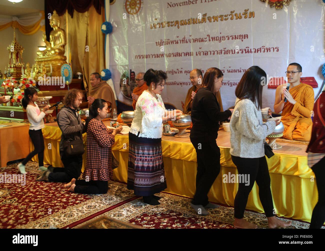 Les dévots bouddhistes offrent la nourriture aux moines à la fin du carême célébration annuelle tenue au temple Wat Bouddha Vararam de Boston, qu'un des deux dans le Massachusetts. Photo Stock