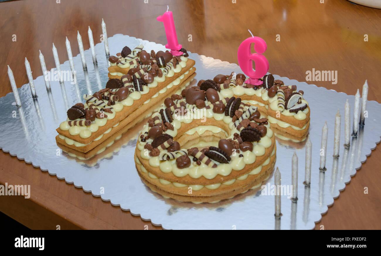 Sweet Sixteen Original Anniversaire Gâteau Décoré Avec Des Bonbons