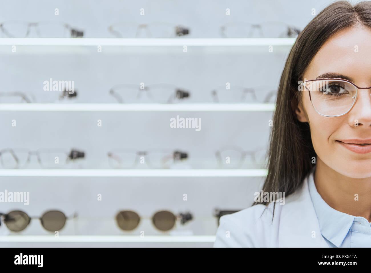 c6af75bd62d241 Belle femme optométriste dans lunettes à optica permanent Photo Stock