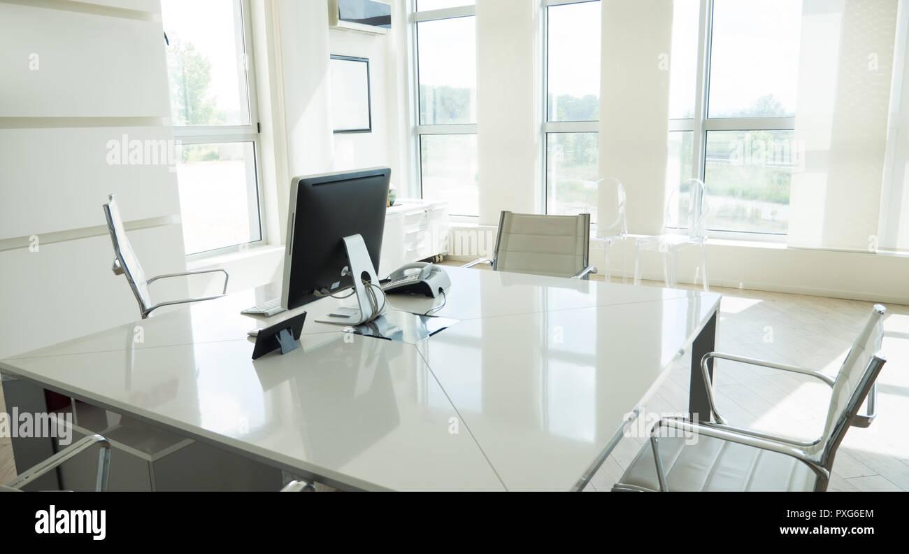Vide bureau moderne élégant avec windows et les lieux de travail