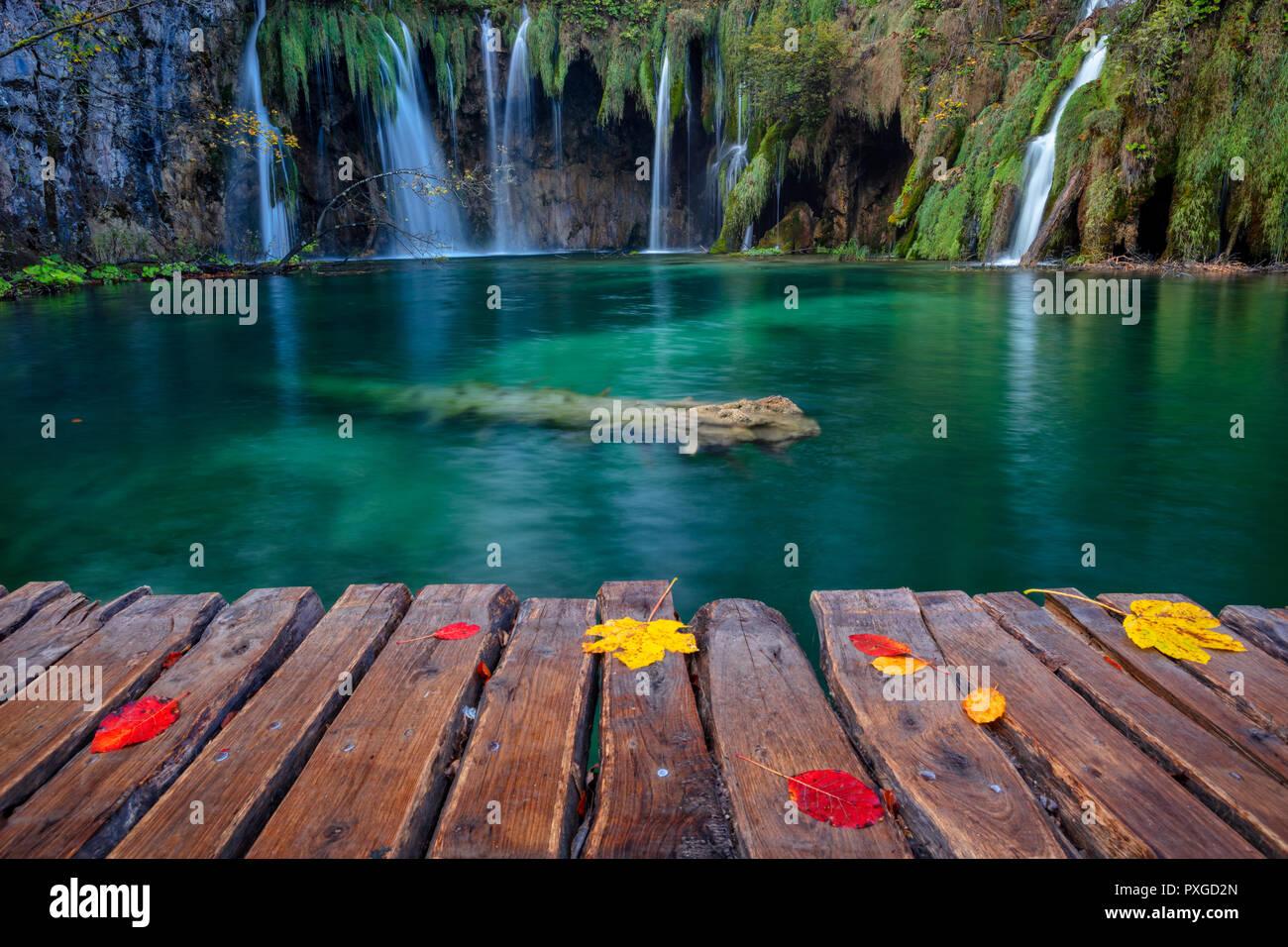Des lacs de Plitvice. Image de cascade situé dans le Parc National de Plitvice, Croatie au cours de journée d'automne. Banque D'Images