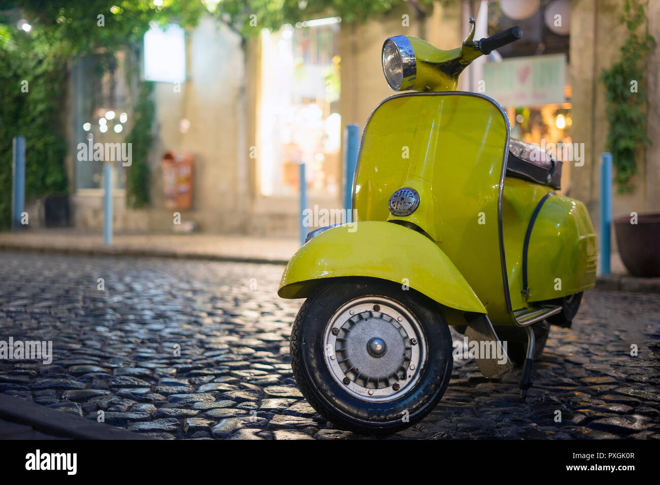 Moto italienne classique en stationnement sur rue pavée Banque D'Images