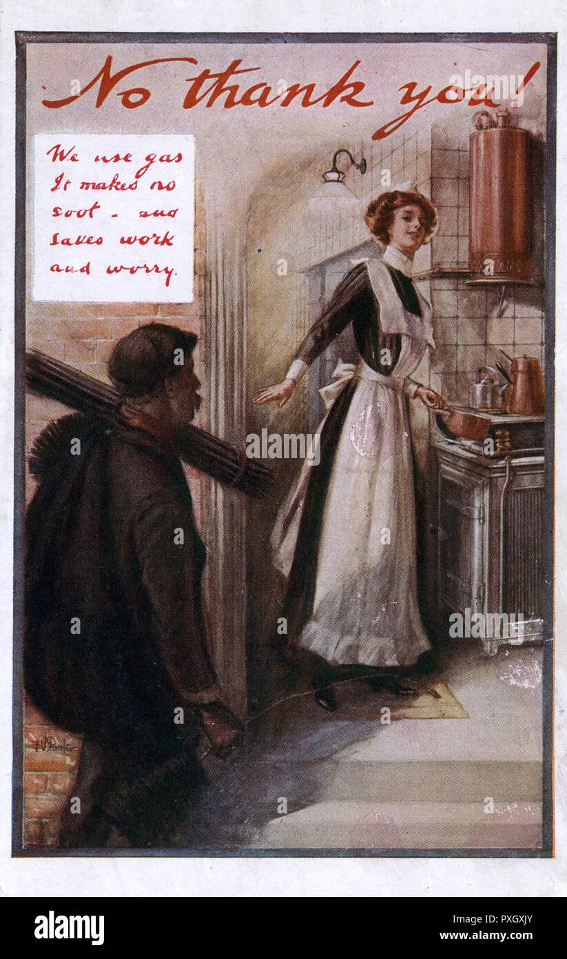 Les avantages offerts par les progrès dans les systèmes de chauffage résidentiels, le passage du charbon au gaz - la femme de ménage envoie le ramoneur loin comme sa nouvelle chaudière à gaz 'mfait pas de suie' et 'saves les meilleurs prix pour votre travail et'. Date: vers 1910 Photo Stock