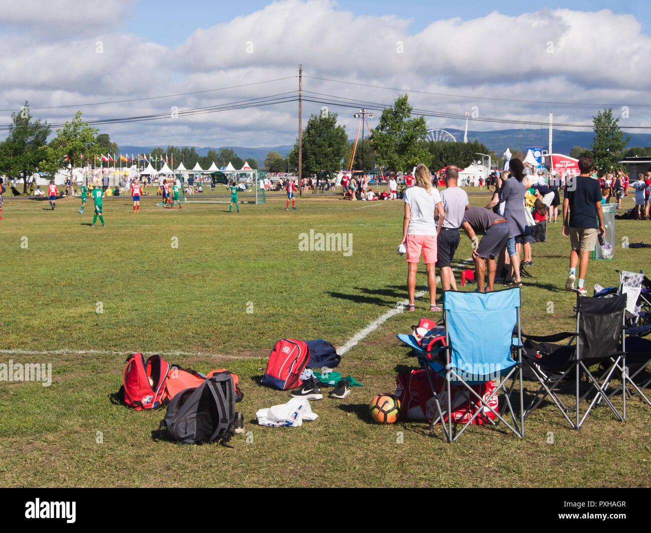 La Norvège cup, un tournoi de soccer annuel à Oslo Norvège avec des jeunes du monde entier, sur la ligne de côté à Ekebergsletta Photo Stock