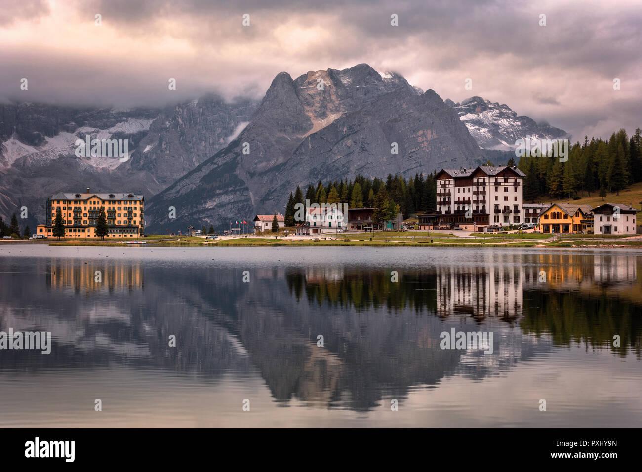 Vue de Punta Sorapis montagne des Dolomites dans la matinée avec la réflexion sur le célèbre lac de Misurina Cortina d'Ampezzo en Italie Banque D'Images