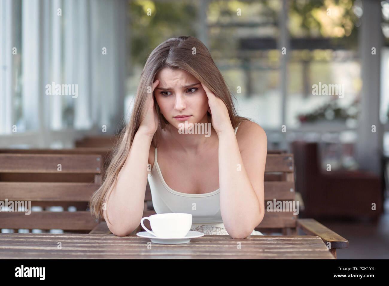 Triste et déprimé femme seule dans un bar isolé après une rupture Photo Stock
