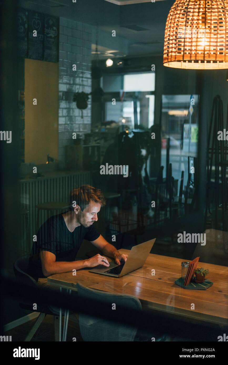 Les heures supplémentaires de travail de l'homme dans sa propre entreprise de démarrage Photo Stock
