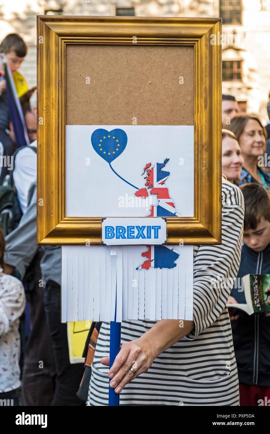 Londres, Royaume-Uni, le 20 octobre 2018. 700 000 marcheurs se montrent pour un deuxième référendum Brexit. Une plaque rappelle la récente Banksy peinture d'autodestruction Photo Stock
