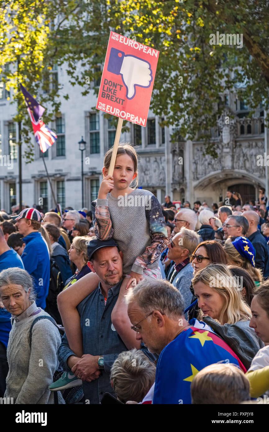 Londres, Royaume-Uni, 20 octobre 2018. 700 000 marcheurs se montrent pour un deuxième référendum Brexit. Une fille sur les épaules de son père, à la place du Parlement Photo Stock