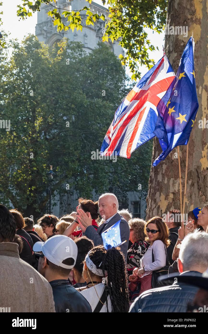 Londres, Royaume-Uni, 20 octobre 2018. 700 000 marcheurs se montrent pour un deuxième référendum Brexit. À l'écoute des haut-parleurs dans la place du Parlement Photo Stock
