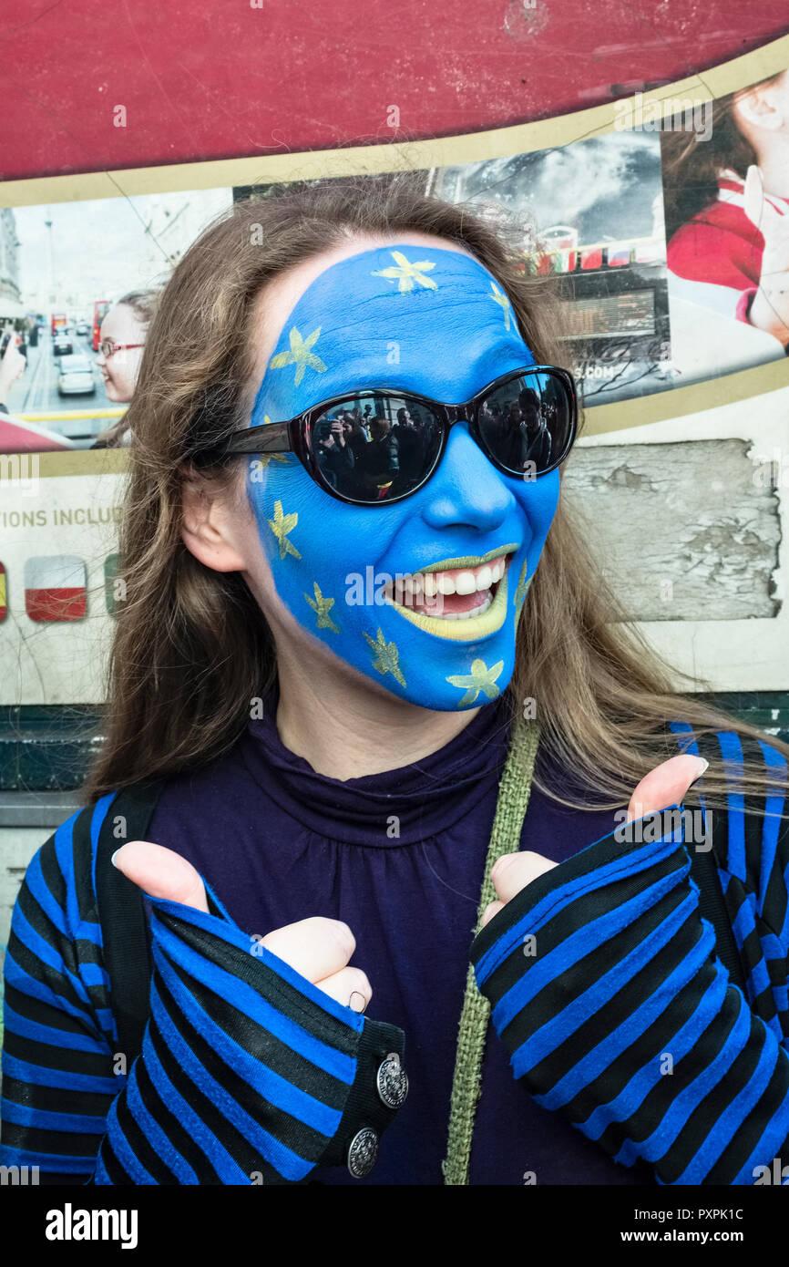 Londres, Royaume-Uni, 20 octobre 2018. 700 000 marcheurs se montrent pour un deuxième référendum Brexit. Une femme avec son visage peint comme le drapeau de l'Union européenne Photo Stock