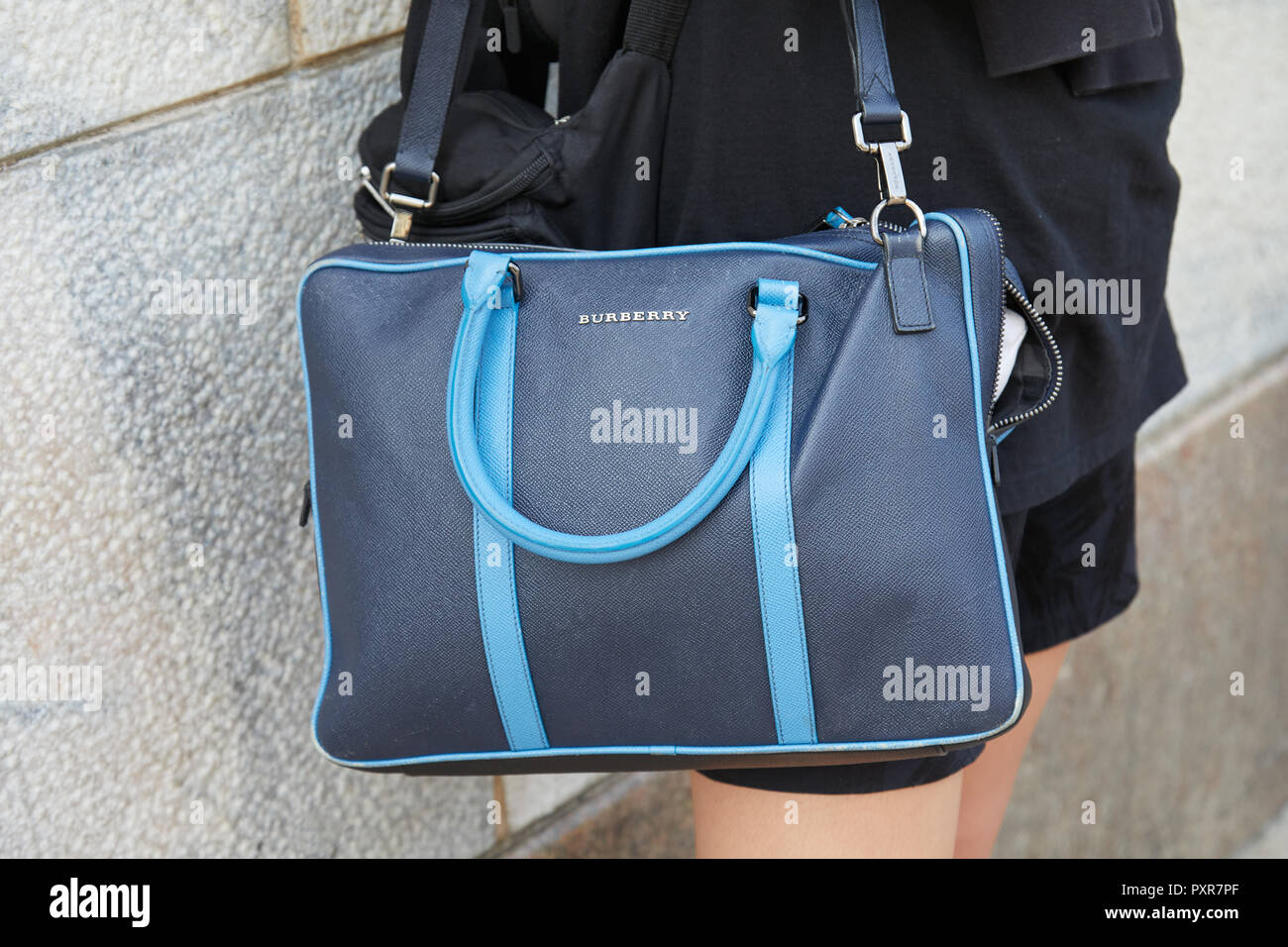 MILAN, ITALIE - 22 septembre 2018   Woman with blue sac Burberry avant  Gabriele Colangelo 1a405547314