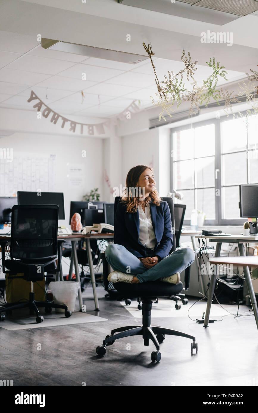 Sur De D Une Chaise Bureau En Banque Businesswoman Assis Tailleur QxhtsrdC