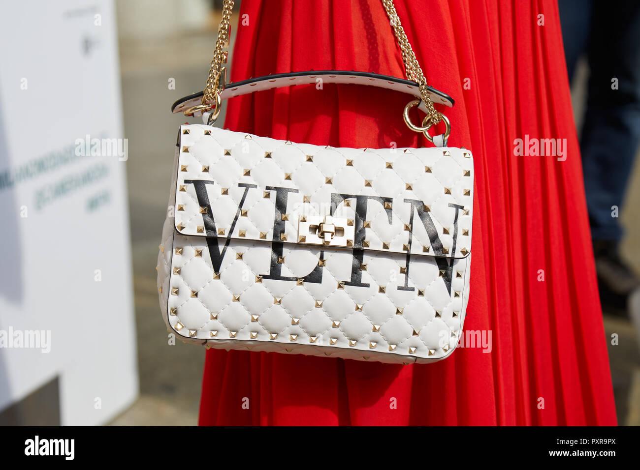 MILAN, ITALIE - 22 septembre 2018   Femme avec jupe rouge et blanc sac  Valentino c6aec5b2086