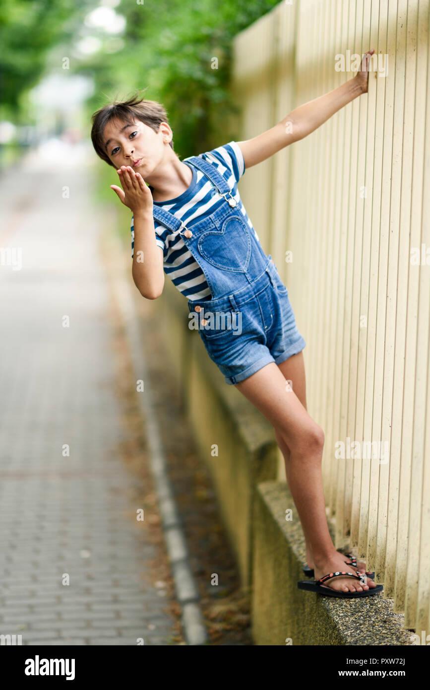 Portrait of little girl blowing a kiss Banque D'Images