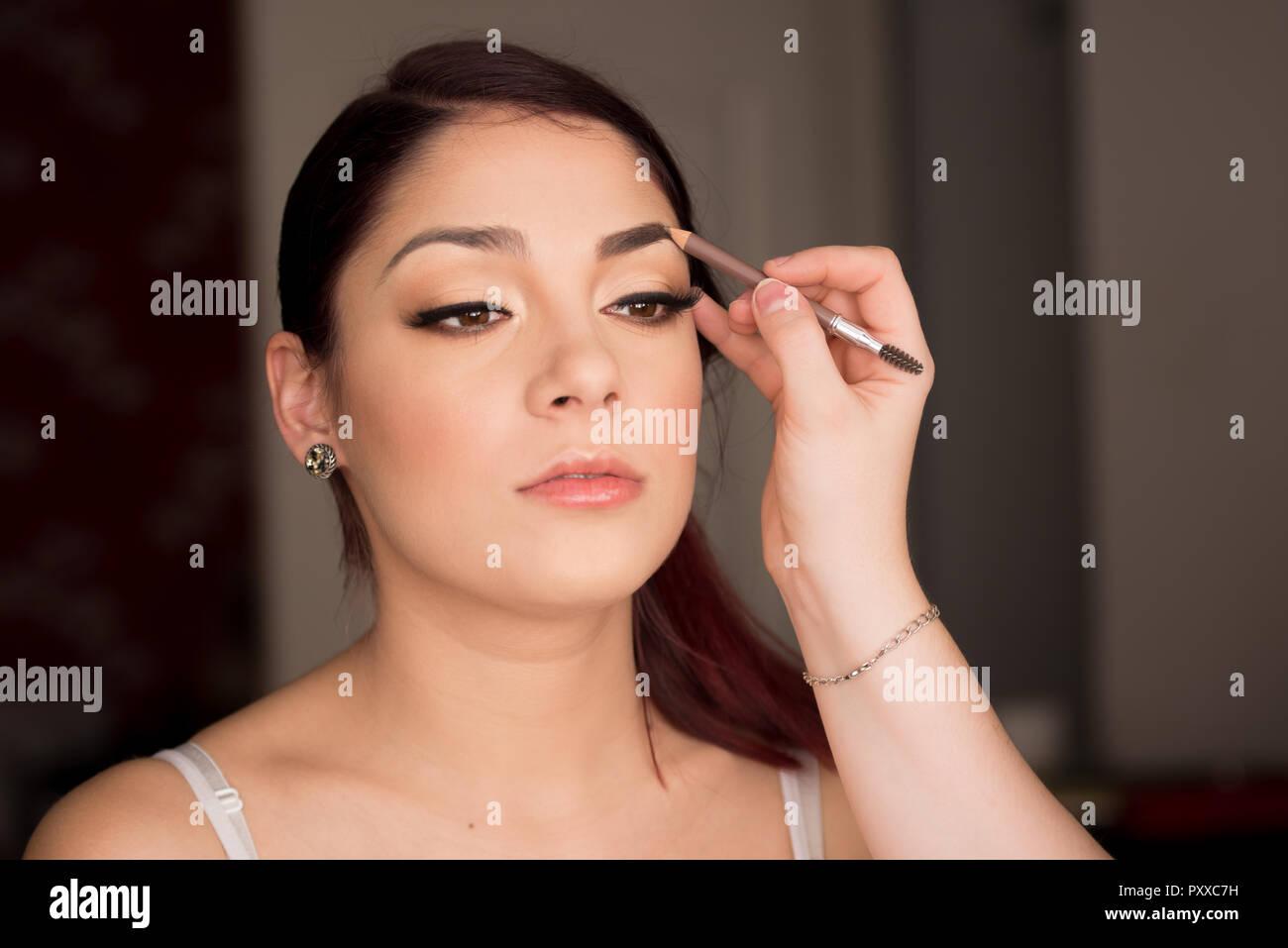Retouche Maquillage Modele Feminin Avec Crayon Sourcils Brun Photo Stock Alamy