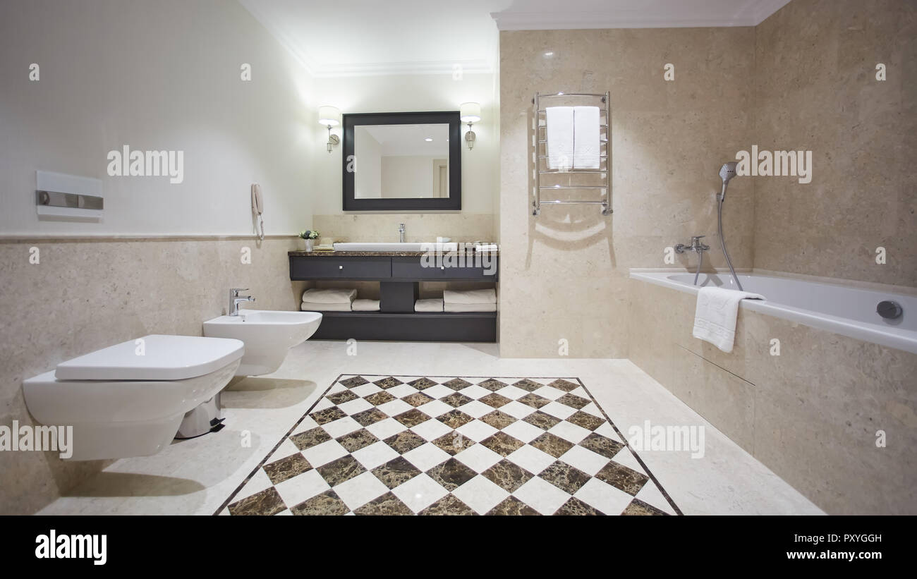 Belle salle de bains dans un style moderne avec des murs gris. Il y ...