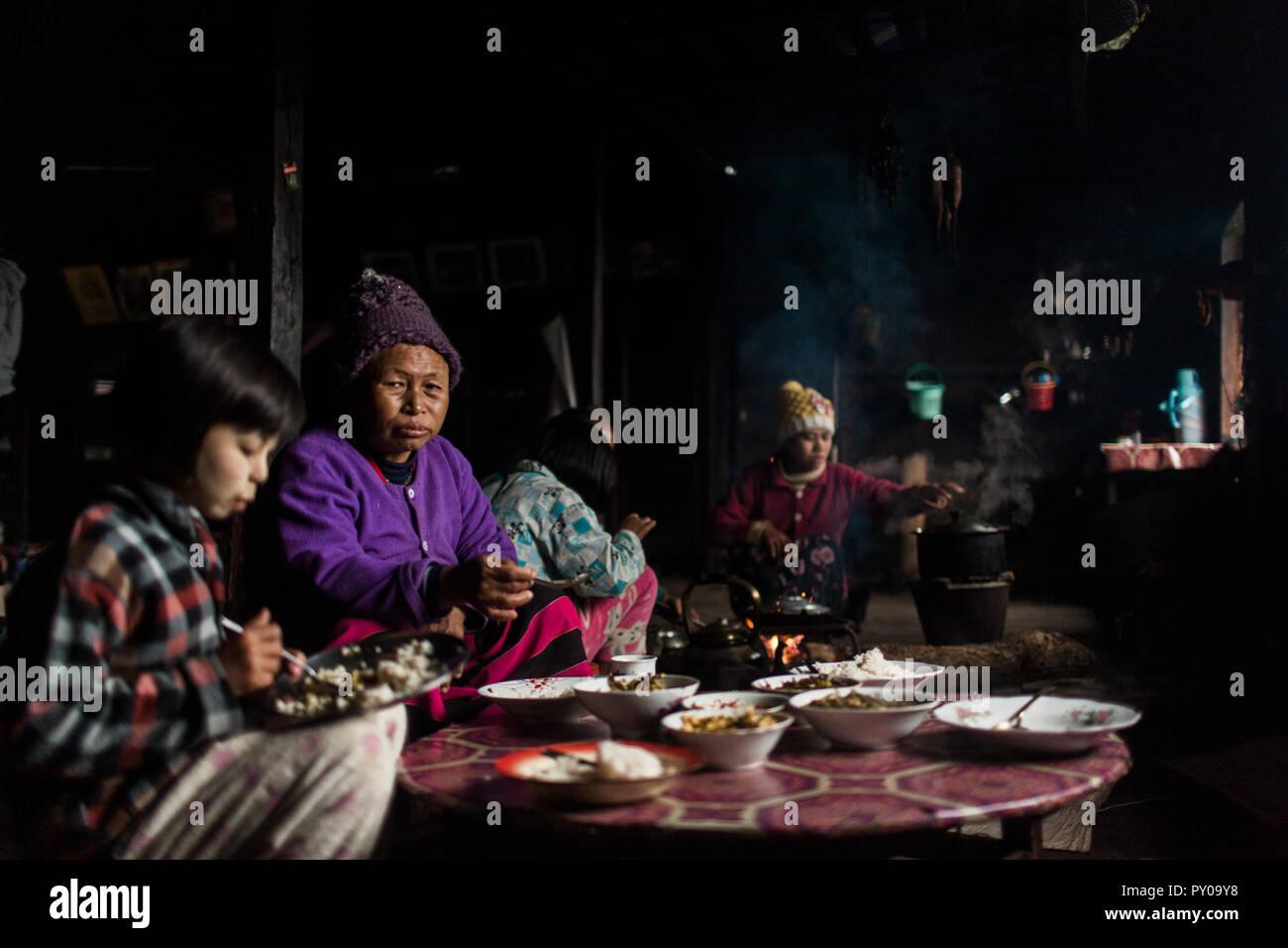 Trois génération de la famille manger ensemble dans les petites maison rurale, Myanmar, Shan, Myanmar Banque D'Images