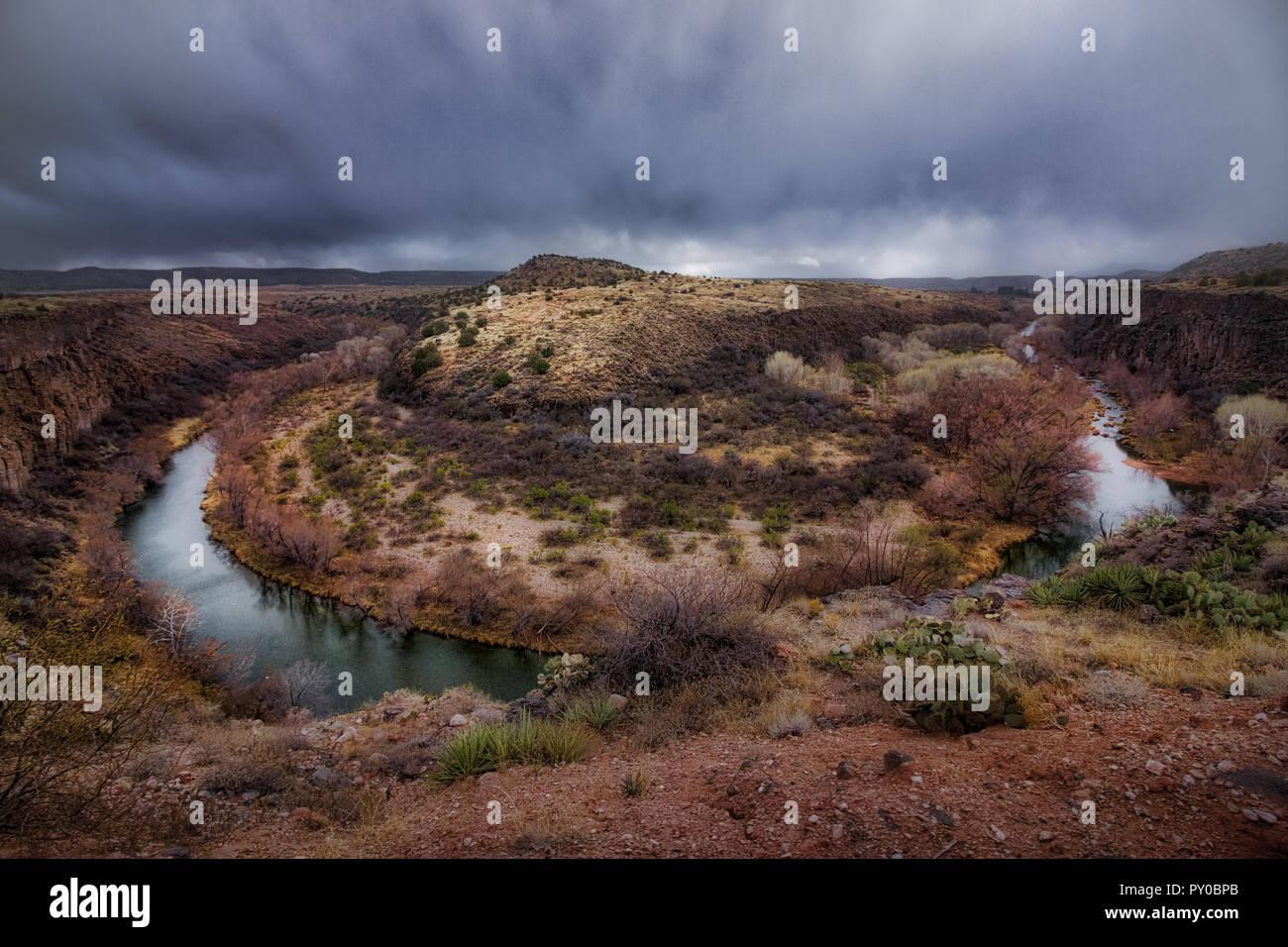 En forme de fer étonnant virage de la Verde River et giant 175 pieds (53 mètres) gorge nommé S.O.B. Canyon, près de Clarkdale, Arizona Banque D'Images