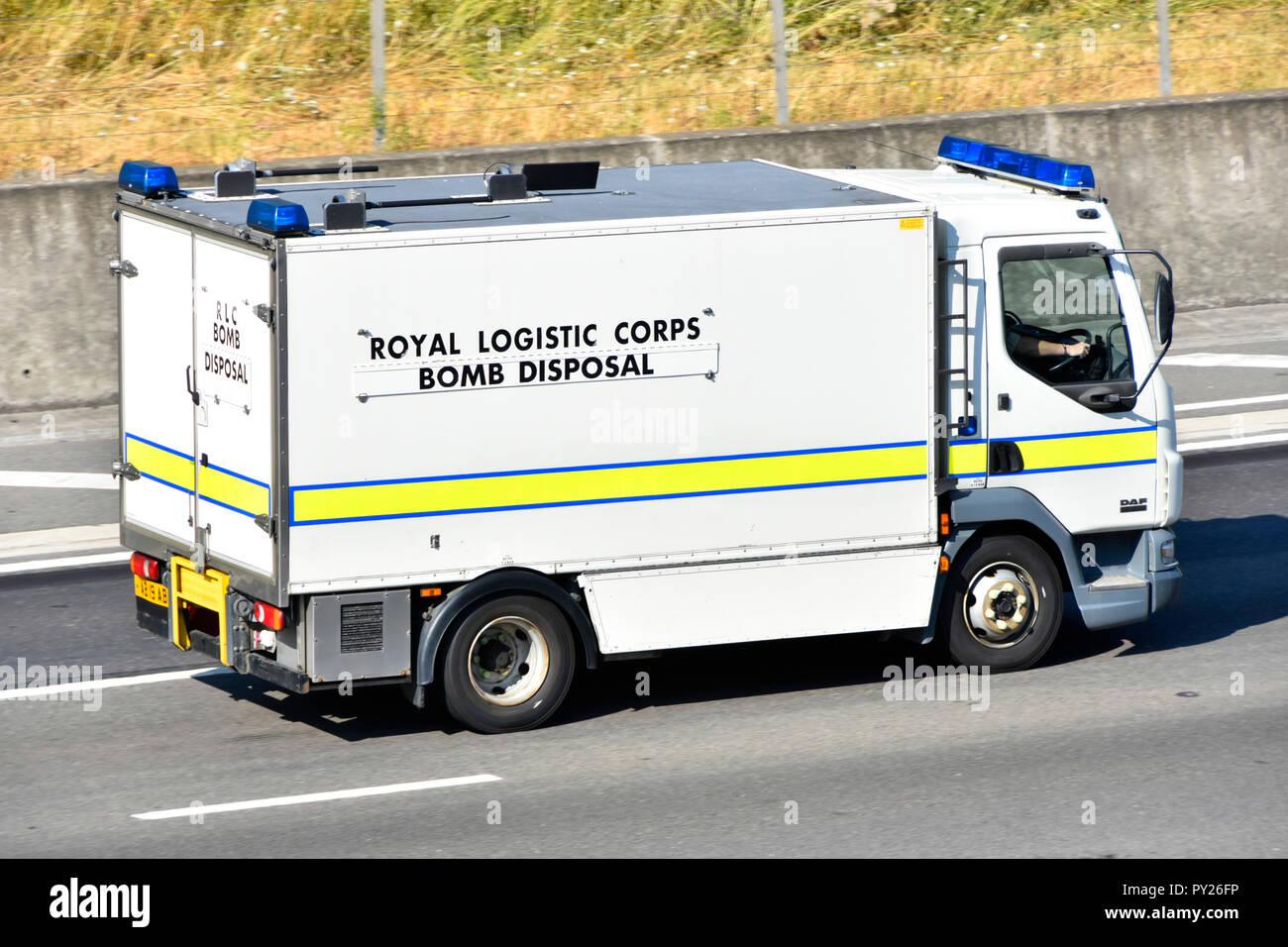 Militaire Armée britannique Royal Logistic Corps Bomb Disposal squad de conduite de camion camion de soutien d'urgence le long de l'autoroute English UK Angleterre Essex Photo Stock