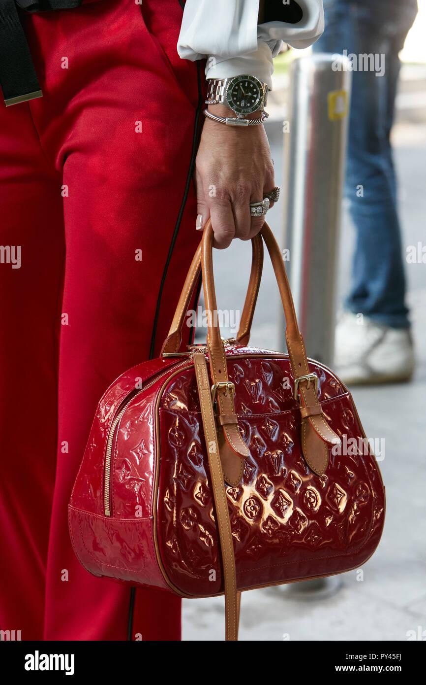 1207e04a43ed MILAN, ITALIE - 23 septembre 2018   Woman with red sac Louis Vuitton et  Rolex