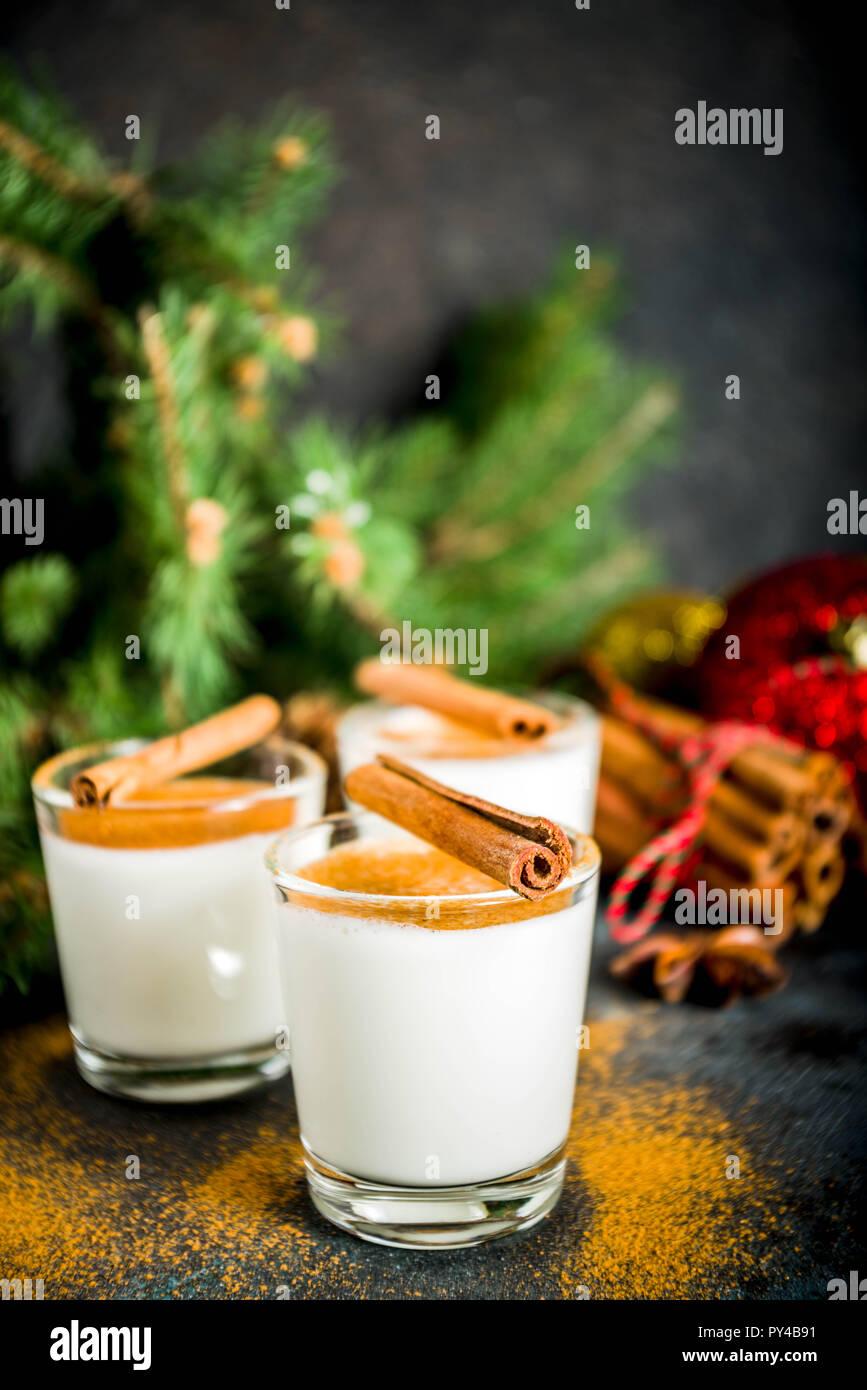 Verre de liqueur de poule de Noël ou cola de mono. cocktail cocktail d'hiver traditionnel en bref, avec des décorations de Noël, fond sombre spa copie Banque D'Images
