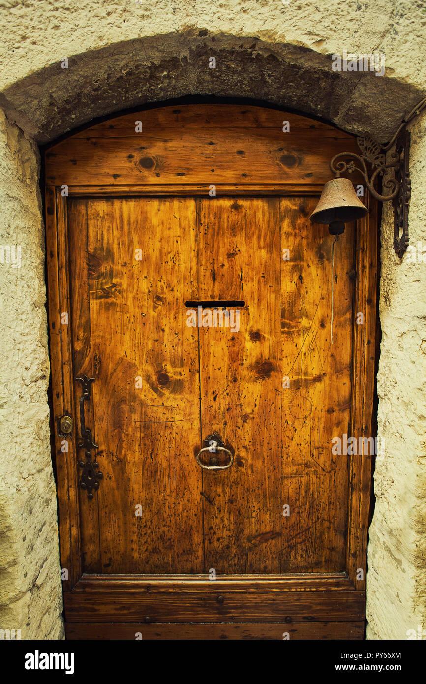 Vieille Porte En Bois Ancienne vieille porte en bois, maison ancienne entrée avec un son de