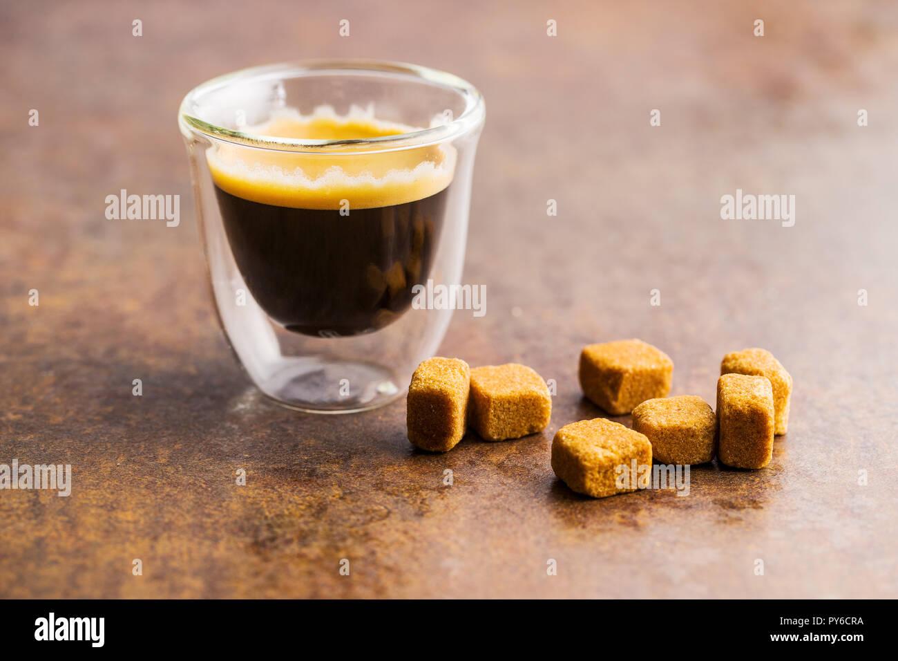 Tasse de café espresso vieille table de cuisine. Photo Stock