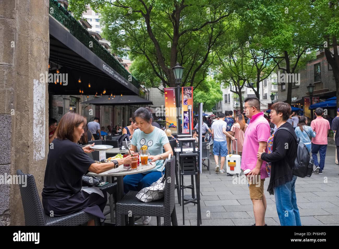 Café Restaurant de la chaussée dans le développement de Xintiandi l'ancienne Concession Française, Shanghai, Chine, Asie Photo Stock