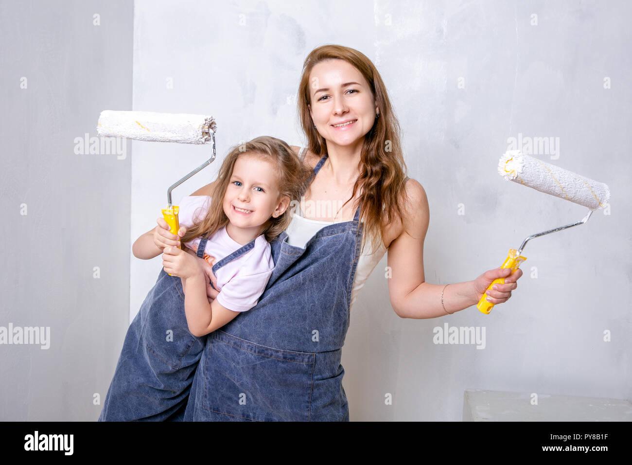 Réparation Dans L Appartement Famille Heureuse Mère Et
