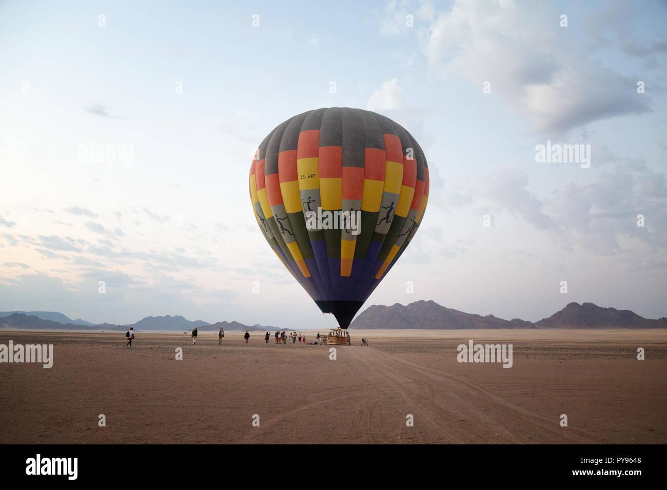 Tourisme Afrique; balade en montgolfière pour les touristes au lever du soleil, le désert du Namib à Sossusvlei, Namibie, Afrique du Sud Photo Stock