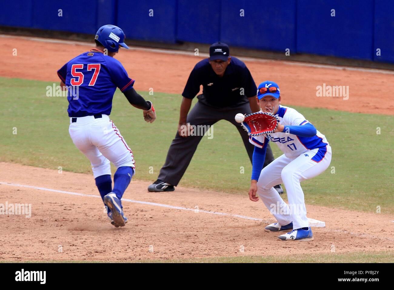Taeseong la Corée Choe (R) reçoit une balle au cours de la Bogota 2018 Coupe du Monde de base-ball des moins de 23 match entre la Corée et la Chine Taipei, à Barranquilla, Colombie, l'Atlantique, le 26 octobre 2018. L'EFE/Ricardo Maldonado Rozo Photo Stock