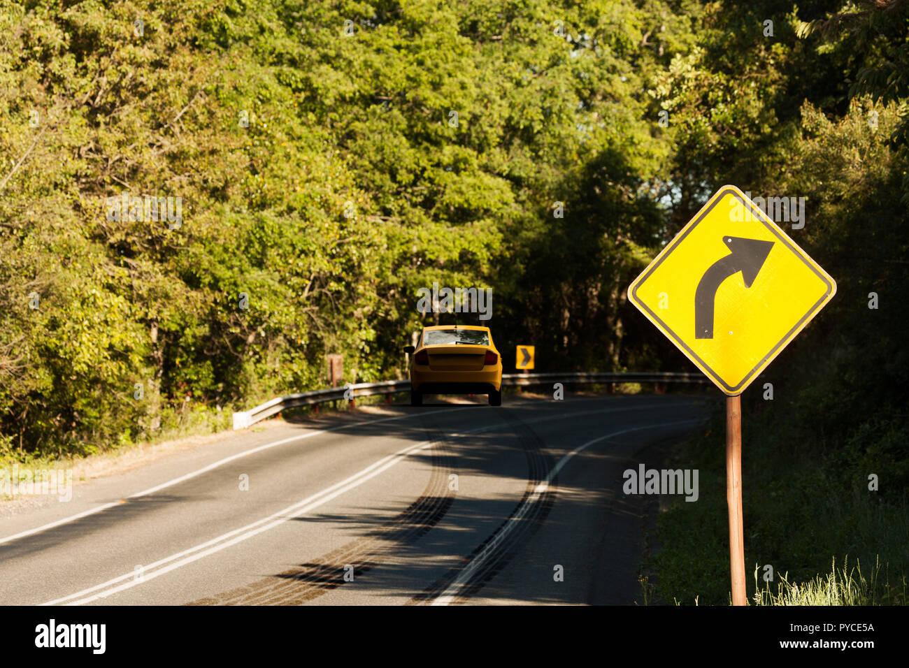 Le rendu 3D d'un accident de voiture dans une route courbée avec marques de dérapage Photo Stock