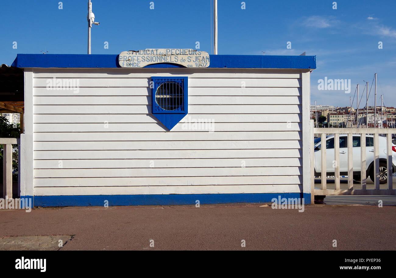 Peint en blanc simple clapboarded s'appuyant sur le quai du Grand Port de Marseille, appartenant à l'Union des pêcheurs professionnels. Photo Stock