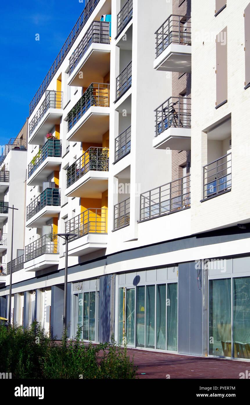 Deux récemment terminé 5 et 6 immeubles d'habitation, avec un aspect particulièrement beau et accueillant, comme s'ils étaient au bord de la mer. Photo Stock