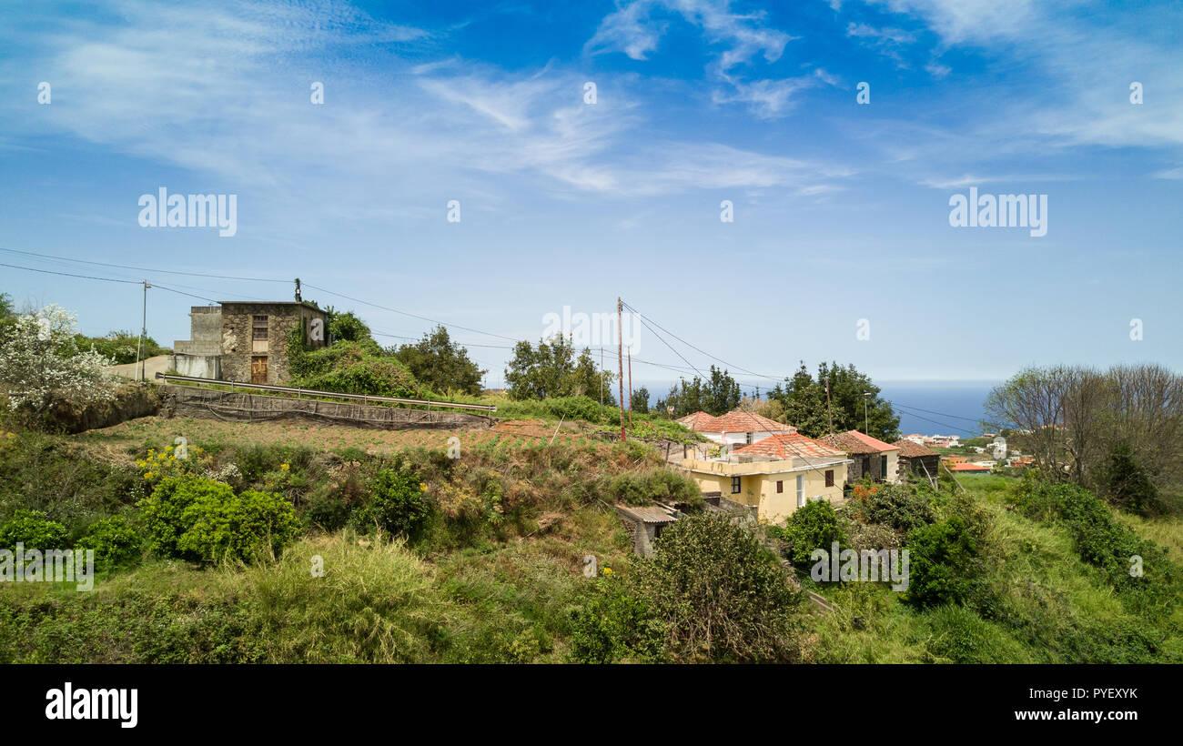 Drone abattu la vie simple d'antenne sur immeubles du village côtier de la colline ensoleillée de bord de l'île de La Palma en Espagne Photo Stock