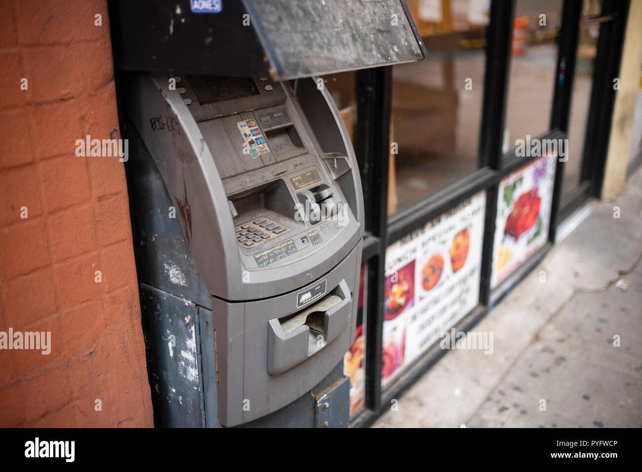 L'argent comptant est-il mort? Une ancienne machine ATM, Hell's Kitchen, New York City, New York. Photo Stock