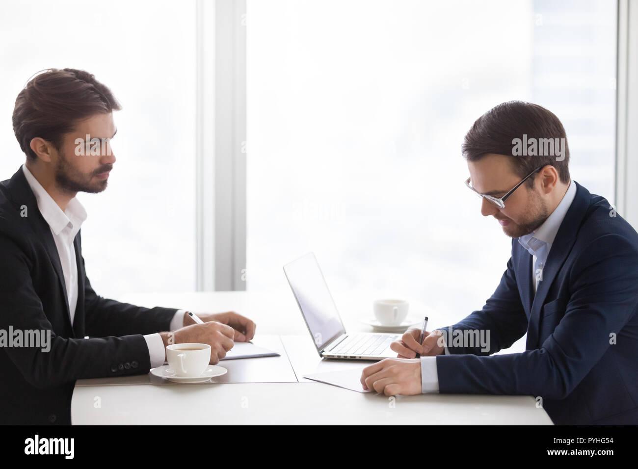Deux hommes en costumes sont réunis à l'office Photo Stock
