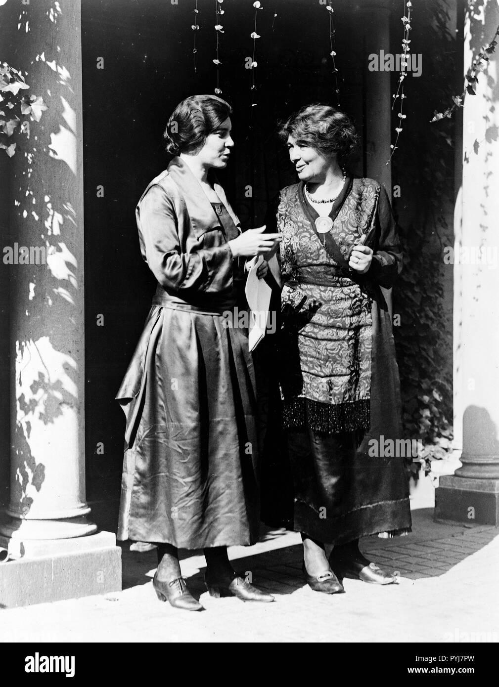 Mme Pethick-Lawrence (suffrage universel, leader et Miss Alice Paul de la National Woman's Party, portrait en pied, debout, Washington, D.C. Banque D'Images