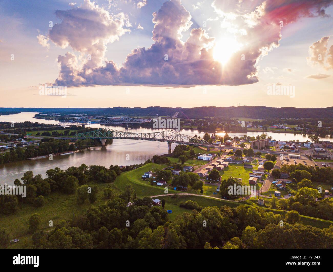 Une vue aérienne de la convergence de l'Ohio et de rivières Kanawha à Point Pleasant, en Virginie de l'Ouest sous le soleil couchant. Photo Stock