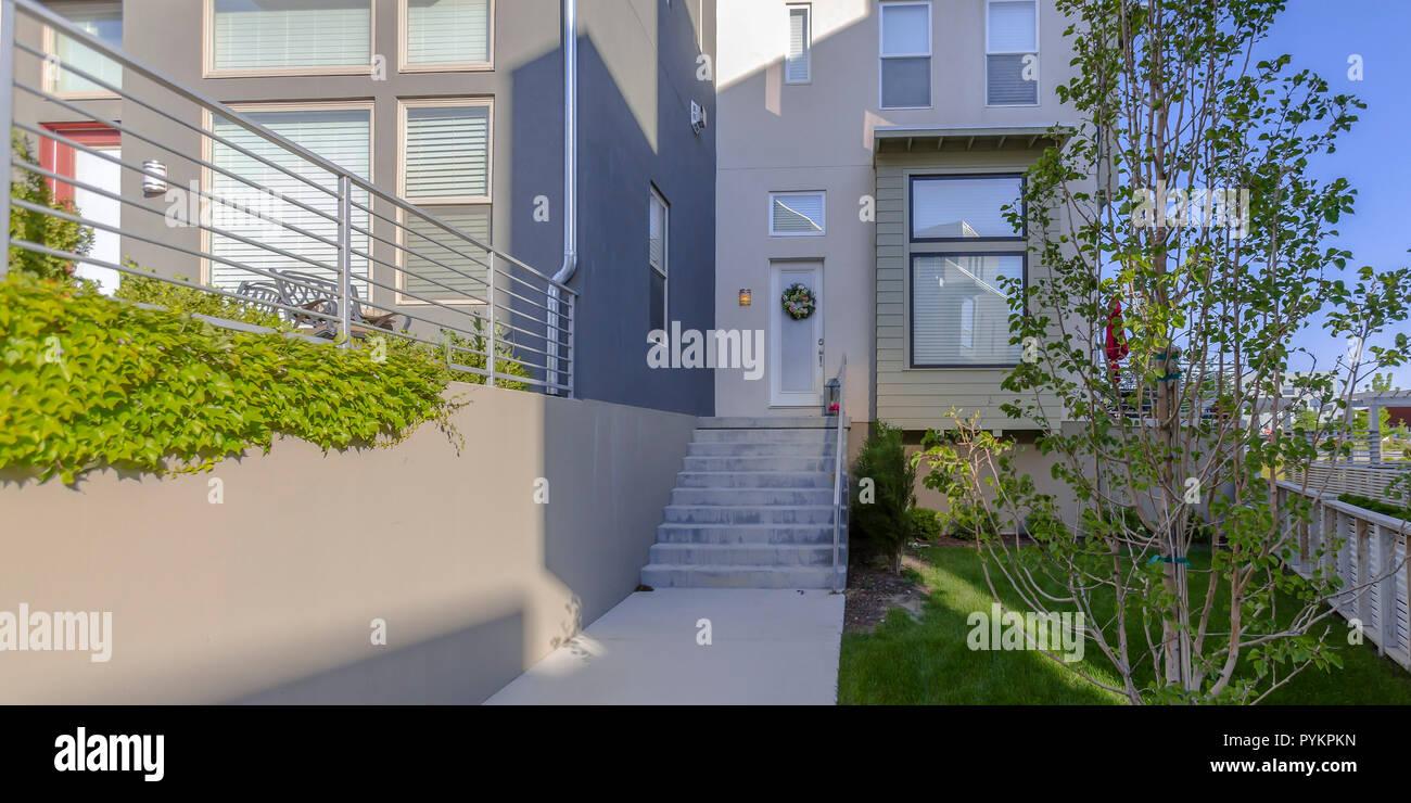Maison moderne avec des escaliers et porche dans l\'aube ...