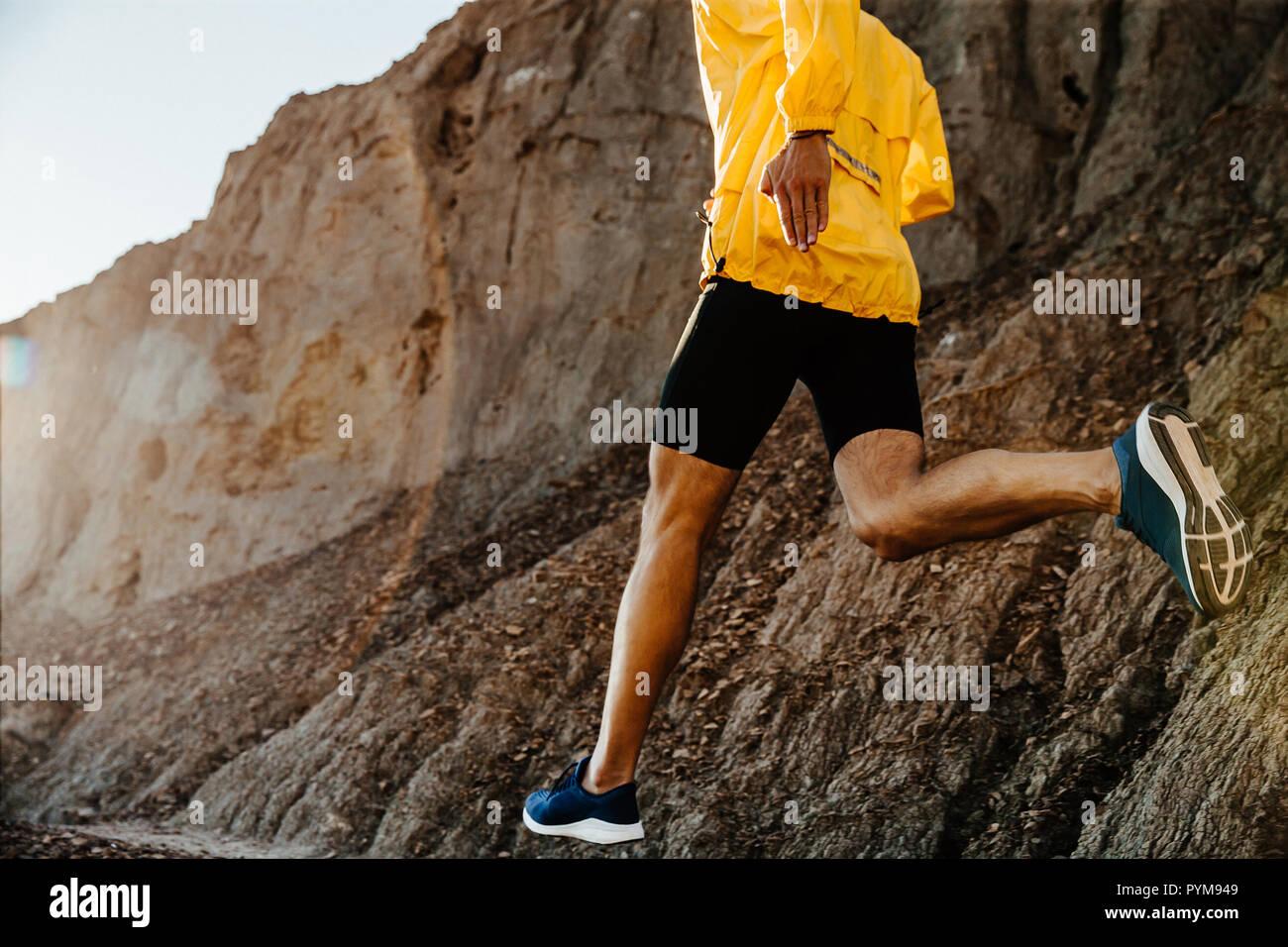 Sports style de vie sain homme court sur piste de montagne en plein soleil Banque D'Images