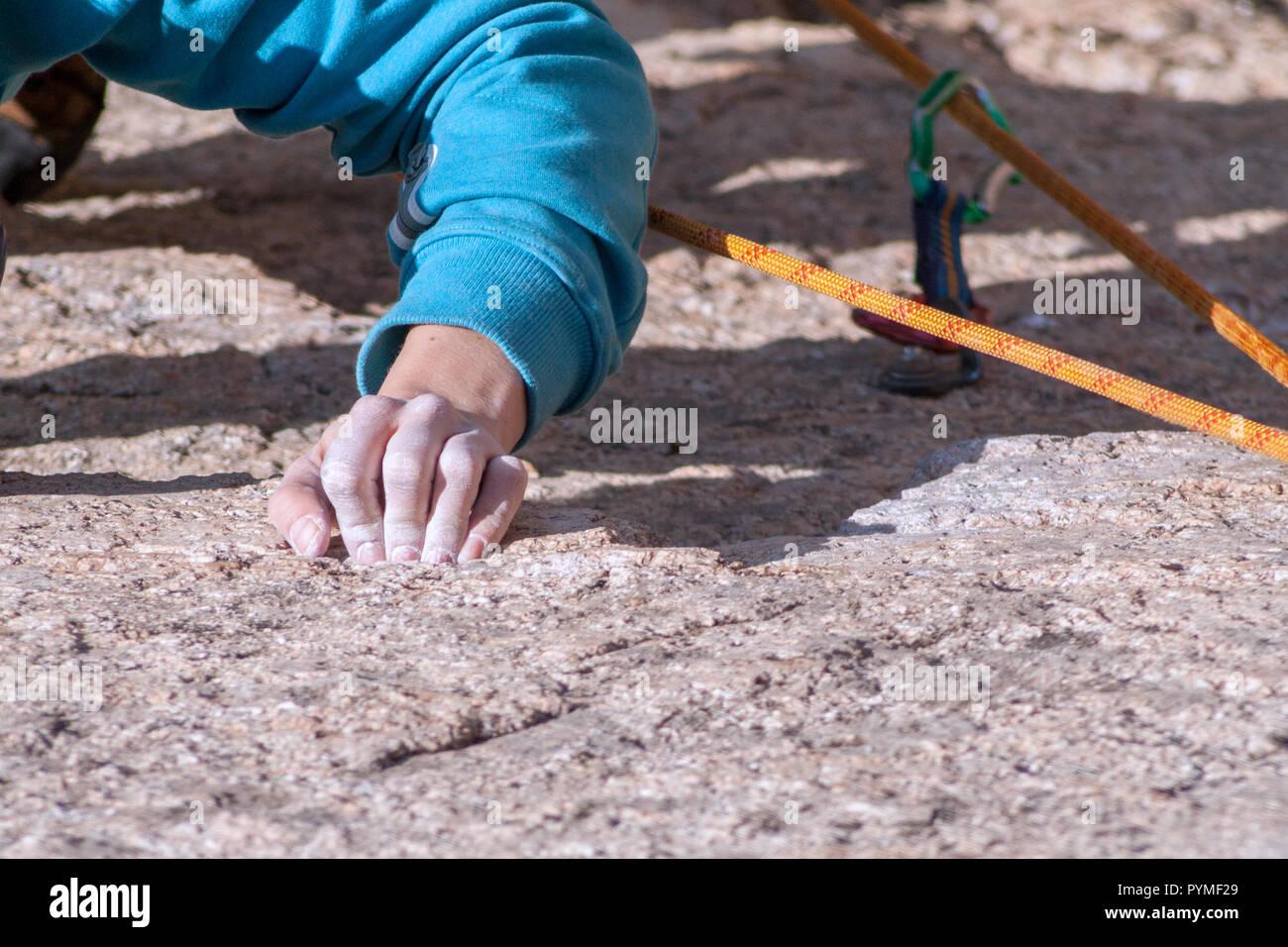 La Pedriza, Madrid, Espagne. Vue aérienne de granite rock climber a souligné la main pendant que l'escalade. Banque D'Images