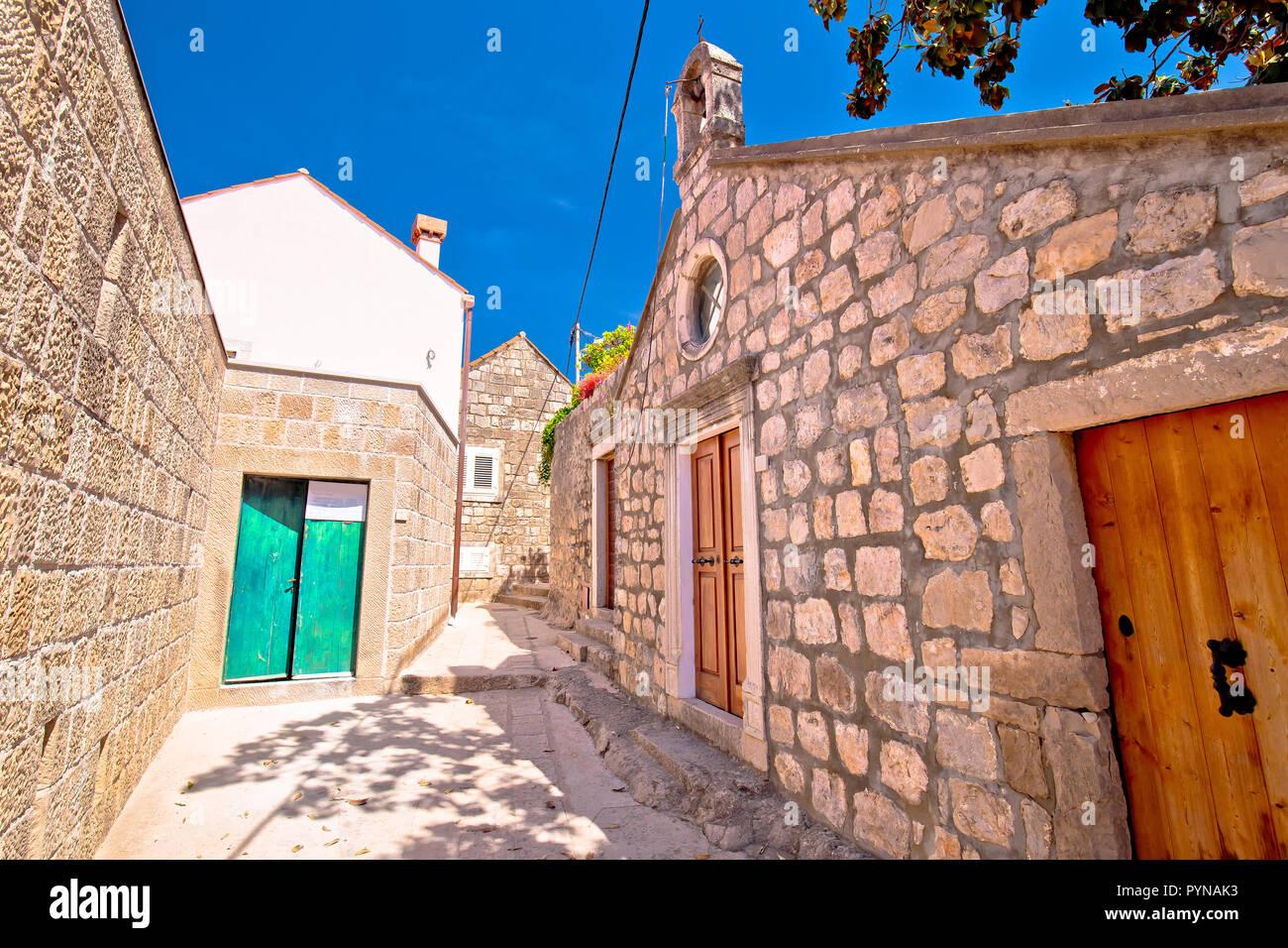 Pierre vieille rue étroite et chapelle à Cavtat, ville de Dalmatie du Sud, Croatie Banque D'Images
